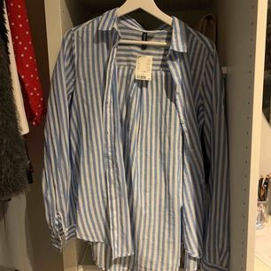 Fin randig skjorta från hm! Aldrig använd och med prislappen kvar, säljer då den tyvärr är för stor för mig