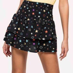 Superfin kjol med stjärnor på💕 Slutsåld i alla strl. Använd fåtal gånger och köpte i juni. Nypris ca 400, möts i Huddinge eller så fraktar jag!