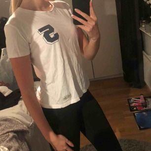 Fin t-shirt med en 5 som gör plagget lite sportigare o snyggare! Lite genomskinlig. Använd men inte sliten och kan användas länge till! Väldigt snygg t-shirt.