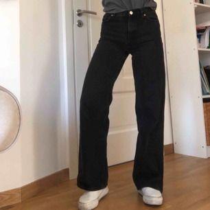 Supersnygga vida jeans från monki i modellen yoko! Urtvättad svart/grå färg! Flitigt använda men fortfarande väldigt bra skick!