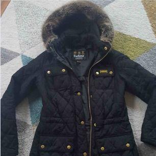 Säljer denna snygga höst/vinter jackan för den har blivit för liten för mig. Den passar xs/s. Köparen står för frakten 📦  DM:a mig om ni vill ha fler bilder 🧥 ordinarie pris 2 999kr