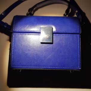 Jättefin mörkblå väska från Zara. Oanvänd och passar perfekt till hösten🦋💕  Kan tänka mig att gå ner i pris vid snabb affär!  Tar swisch!