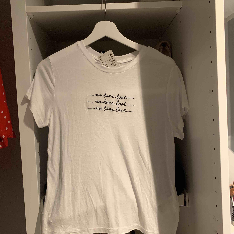 Fin tröja från hm, aldrig använd och med prislappen kvar!. T-shirts.
