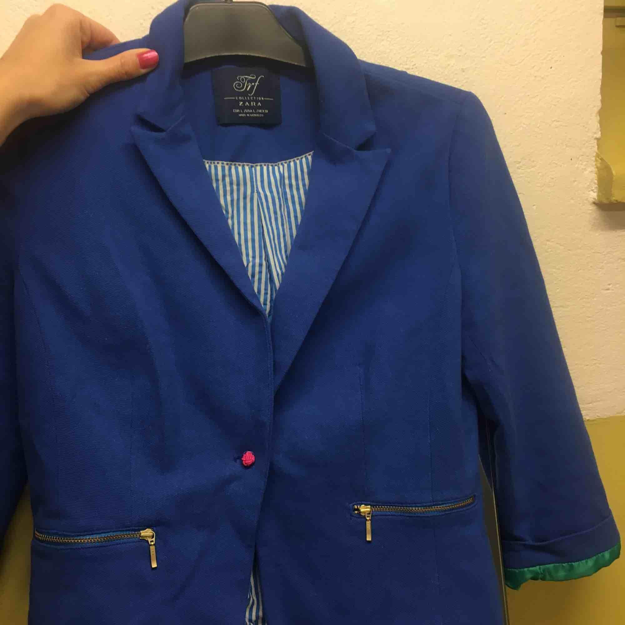 Söt kavaj från Zara 💙❤️💚 Obs! Står storlek L men skulle säga att den passar någon med storlek S eller M. Kostymer.
