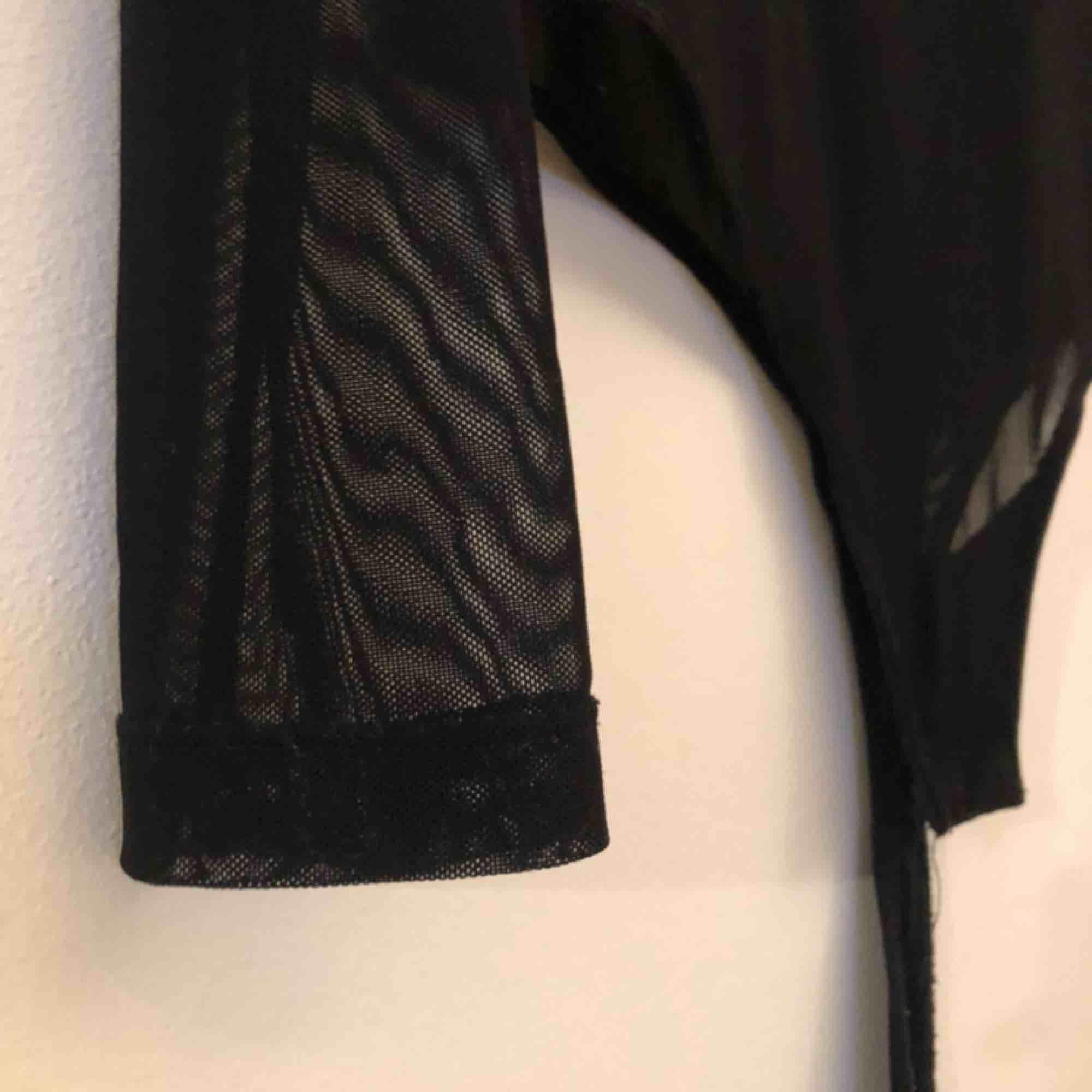 Långärmad meshbody från bikbok, stretchig så passar även S. Priset är inkl frakt. Toppar.