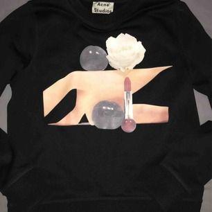 Jättefin tröja från Acne Studios! Den är väldigt bra skick!! Och säljer pågrund av att den inte kommer till användning🤩. Storlek: M, men sitter som S/M🥰. Köparen står för frakten🌟🌟. Priset kan sänkas vid snabb affär.