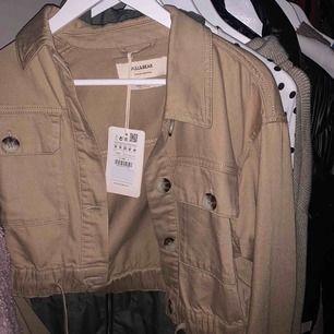 Jacka från pull & bear, oanvänd prislapp kvar, säljes pga fel storlek. Köpare betalar frakt