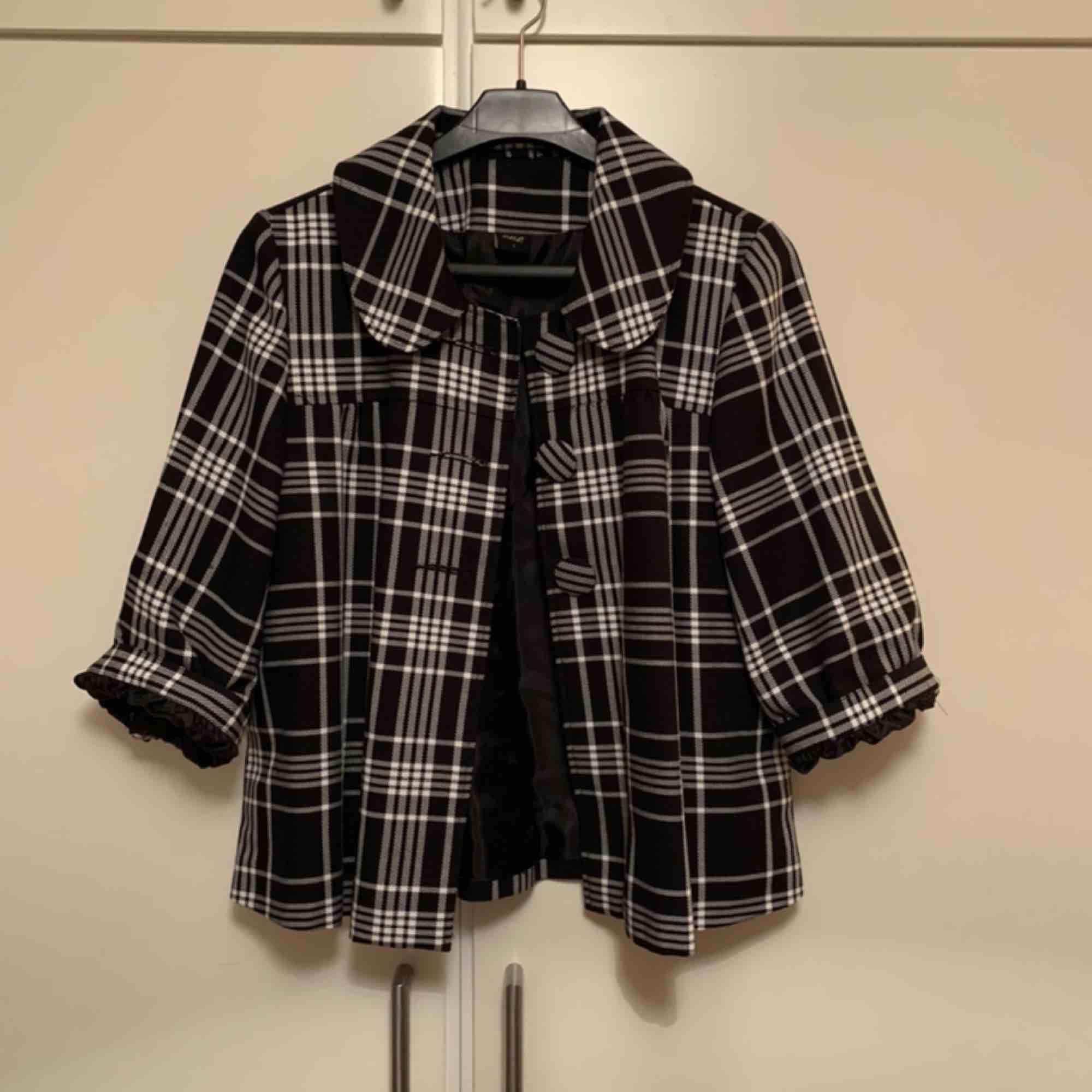"""Säljer en gammal """"kavaj/jacka/skjorta"""" från 80-talet. Armarna är halvlånga och även uppvikta på bilderna. Det står att det är strl L men det är mer som en S/M. Hör gärna av dig vid frågor och intresse :) (köparen betalar frakten). Skjortor."""