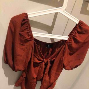 Helt oanvänd tröja/top från SisterS, prislappen är kvar. Nypris 349 kr! Köparen står för frakten eller mötas upp i centrala Växjö! :)