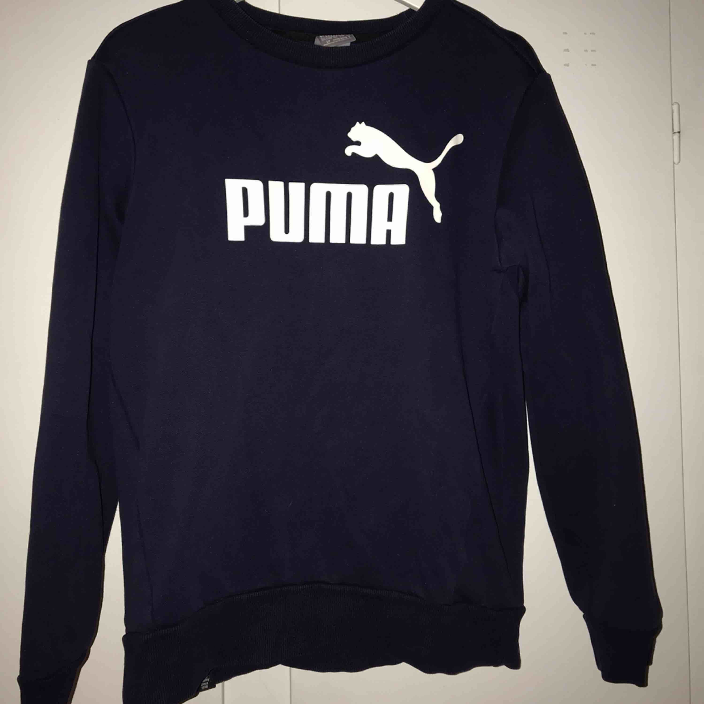Tjocktröja från Puma, lite använd så i väldigt bra skick! Fler bilder kan fås vid intresse, skulle säga den passar från xs-m  😌 kan levereras till Östersund annars frakt!. Huvtröjor & Träningströjor.