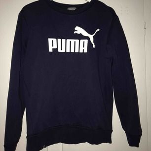 Tjocktröja från Puma, lite använd så i väldigt bra skick! Fler bilder kan fås vid intresse, skulle säga den passar från xs-m  😌 kan levereras till Östersund annars frakt!
