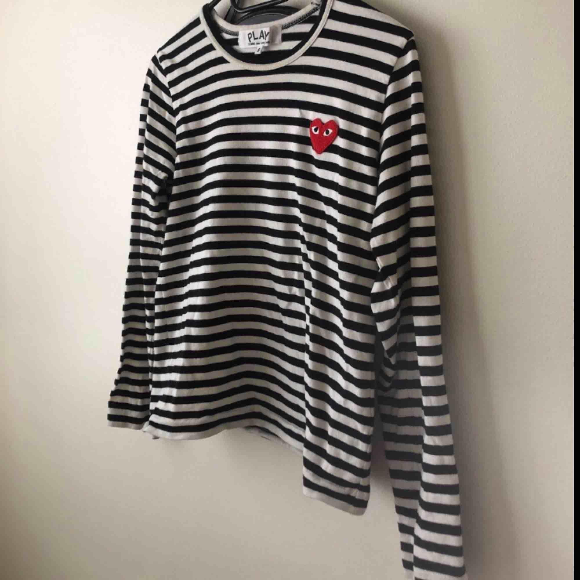 Cdg play tröja, svartvit, i gott skick, säljs pga att den ej kommer till användning. Tröjor & Koftor.