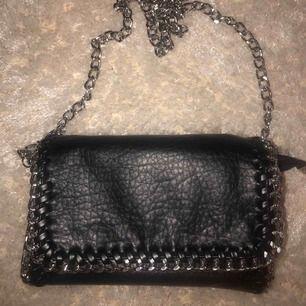 En svart axelremsväska med kedja från Tiamo! Knappt använd.
