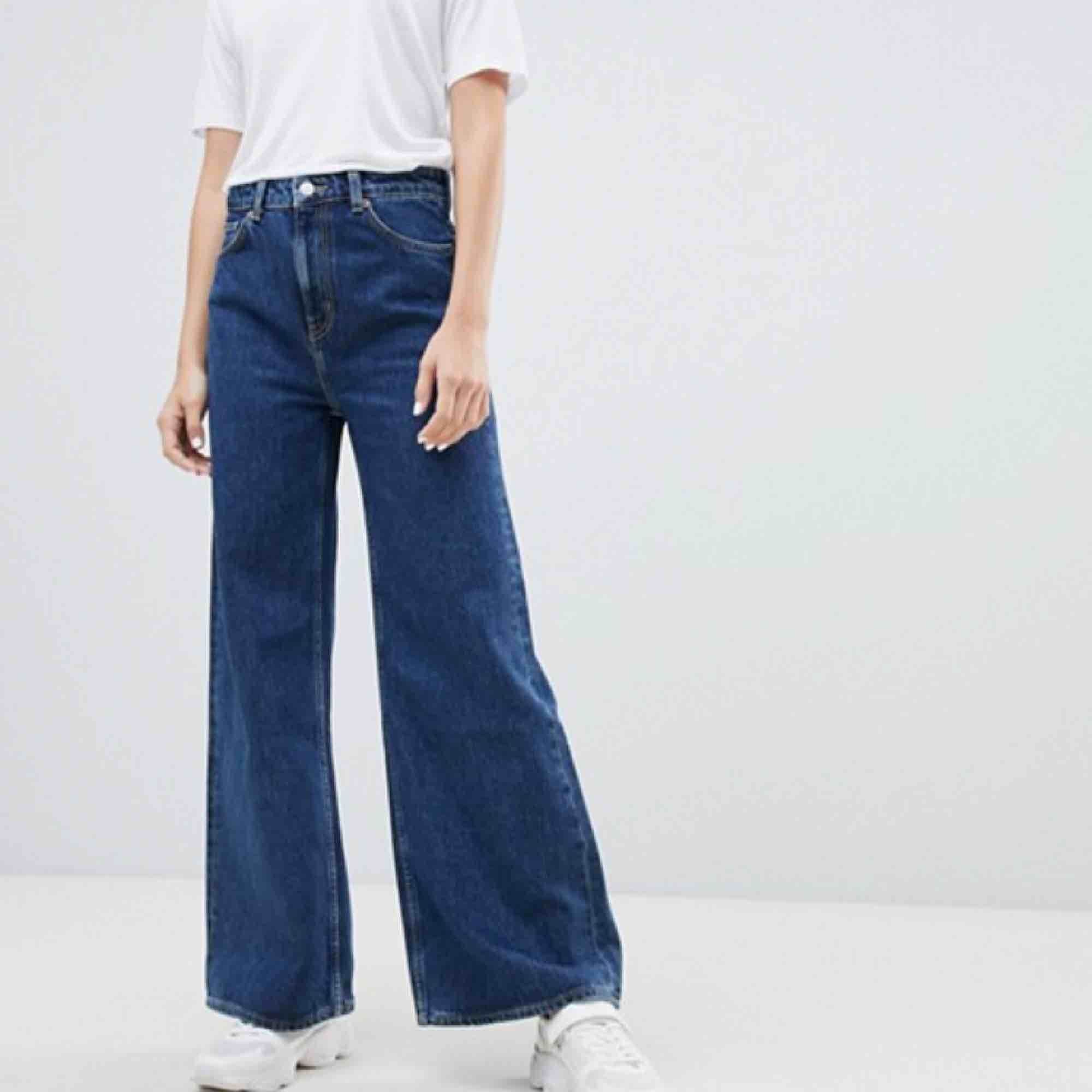 Säljer dessa weekday jeans! Färgen på jeanstyget heter ohio blue och byxmodellen Ace. Nypris 500kr. Fint skick, säljer pga för stora för mej. Möts upp i Sthlm eller så kan jag posta, frakt tillkommer isåfall🌸. Jeans & Byxor.