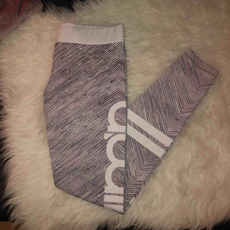 Grå aimn tights, knappt använda :) köparen betalar frakten . Jeans & Byxor.