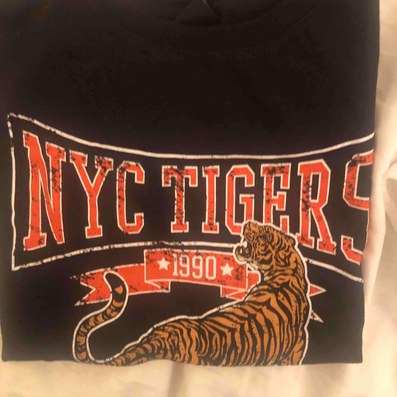 Cool t-shirt ifrån gina i storlek XS. Trycket ska vara slitet!! Frakt ingår!🥰. T-shirts.