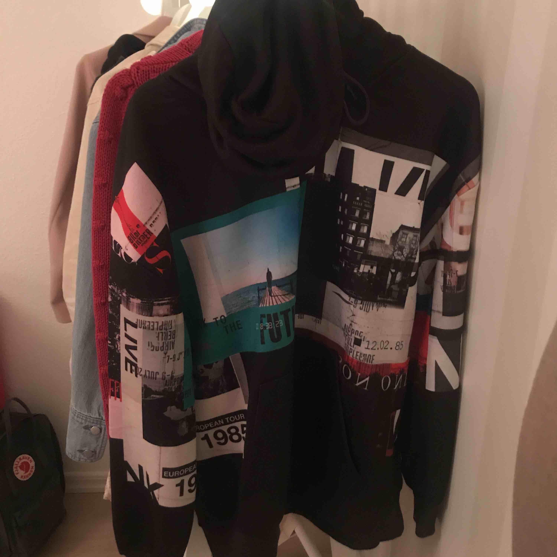 Poster hoodie från NA-KD som är använd 1 gång så den är verkligen som ny. Med frakt blir kostnaden 200kr . Huvtröjor & Träningströjor.