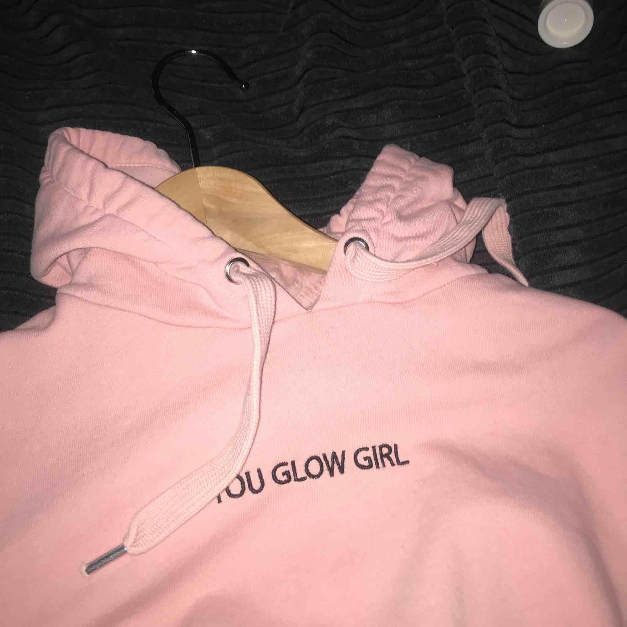 hoodie från H&M, väldigt bra skick ☺️ hör av dig om du är intresserad <3 passar S också!. Huvtröjor & Träningströjor.