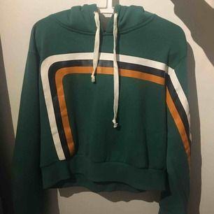 Jätte cool hoodie från bikbok. Är i storlek L men passar också som M då den är cropped. Använt fåtal gånger och i superbra skick! Köparen står för frakten💕