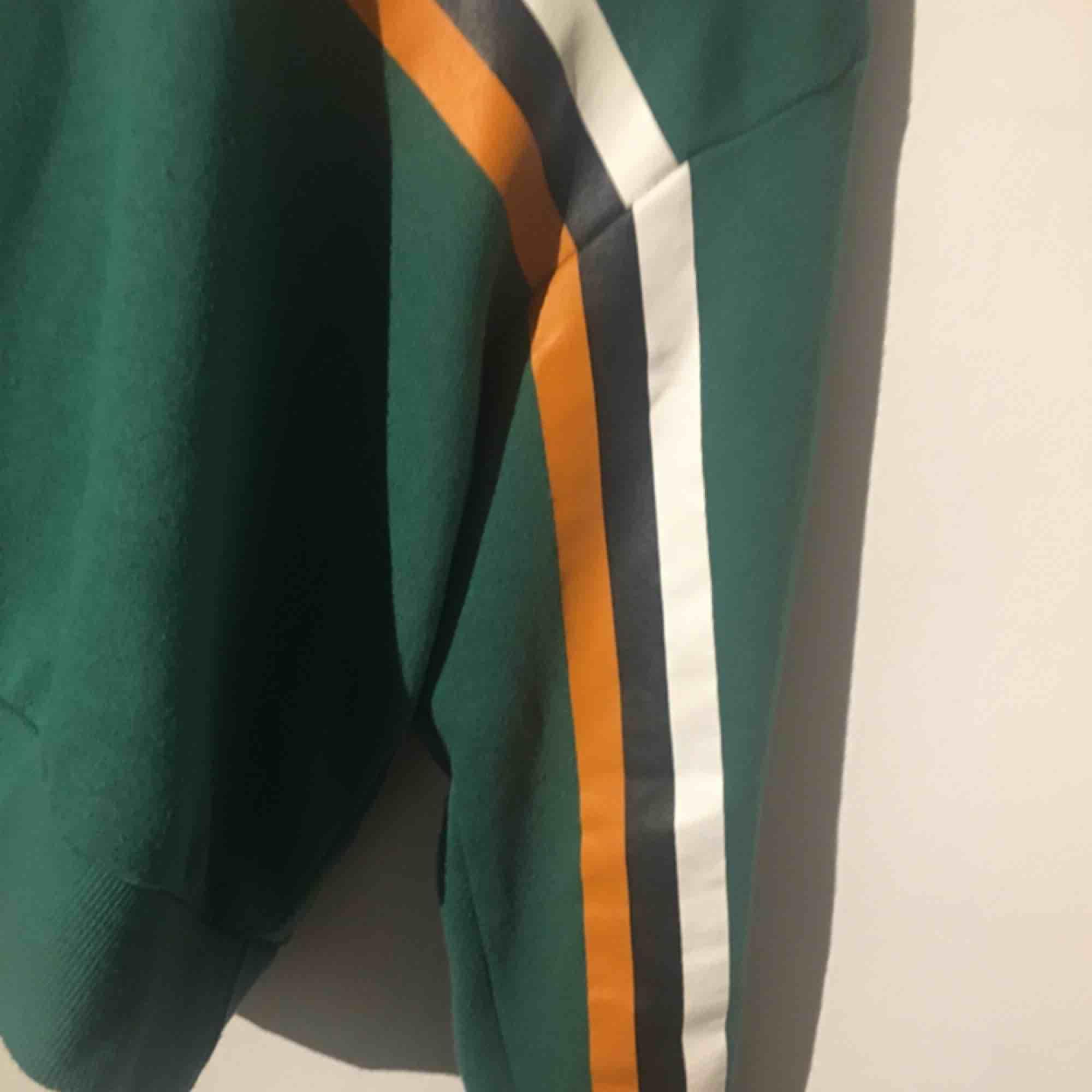 Jätte cool hoodie från bikbok. Är i storlek L men passar också som M då den är cropped. Använt fåtal gånger och i superbra skick! Köparen står för frakten💕. Huvtröjor & Träningströjor.