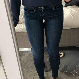 Supersnygga jeans från levi's🤩 Knappt använda & köptes för 1000kr för ca 1 år sedan!