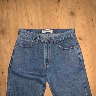 Levi's jeans 505 regular fit. Endast använda någon enstaka gång, så i bra skick! W32/L30