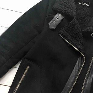 Perfekt höstjacka i svart mocka från ginatricot! Jackan är i storlek M och är i bra skick.  Vid frågor får ni gärna kontakta mig. Köparen står för frakt och jag skickar den när betalningen kommit in på mitt konto.