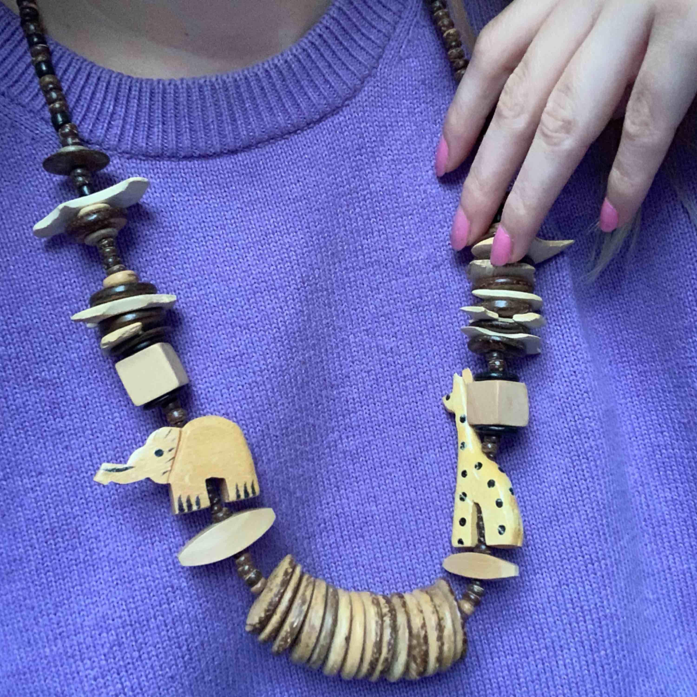 Sött halsband med elefant och giraff, frakt 42kr. Accessoarer.