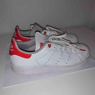 Säljer mina superfina stan Smith sneakers, då dom blivit för små :( köptes i April, skicket är väldigt bra ✨ kan mötas upp i Göteborg annars står köparen för frakten 🙌🏻