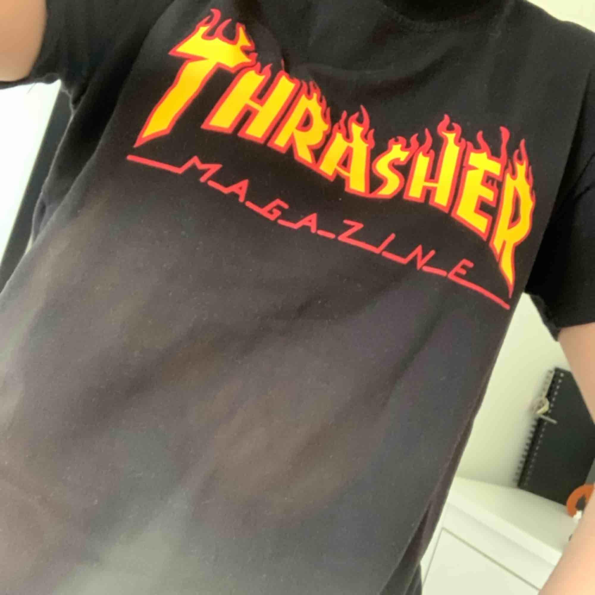Snygg thrasher tröja (fake). Använd ett par enstaka gånger 🥰. T-shirts.