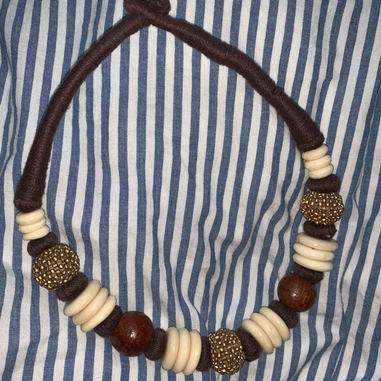 Jättefint halsband som tyvärr inte har kommit till användning. Frakt 42kr. Accessoarer.