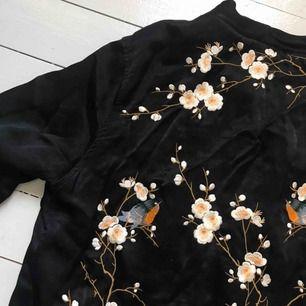 Trendig jacka i silke från Zara i bra skick!  Vid frågor kontakta mig gärna. Köparen står för frakt på 40kr. Jackan skickas när betalningen kommit in på mitt konto.