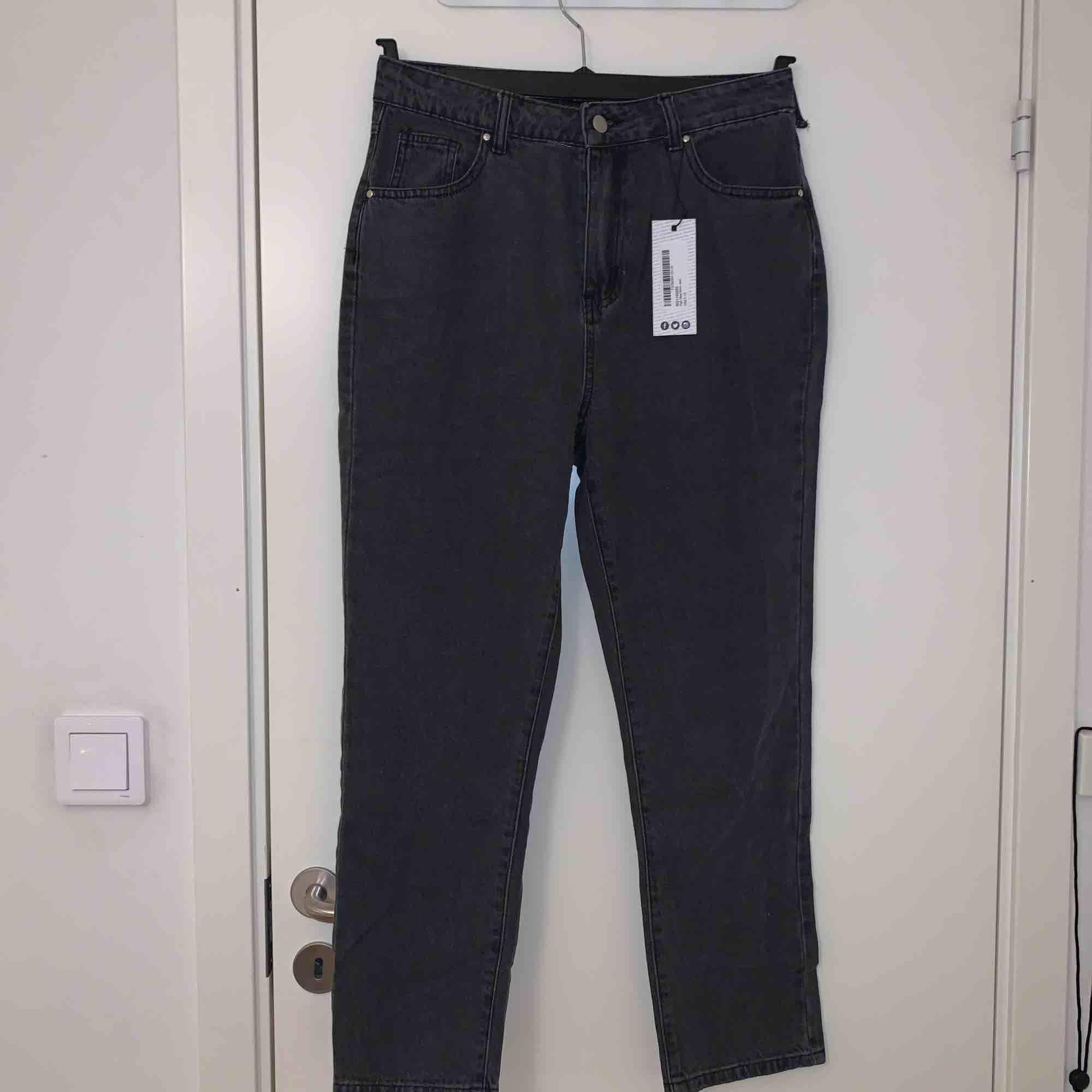 Säljer ett par mom jeans från Boohoo , köpta för 300kr du får dem för 100kr. De är lite defekta då ett av bältesstripen är sönder, inget som lite nål och tråd kan lösa!   OBS frakt tillkommer!  . Jeans & Byxor.