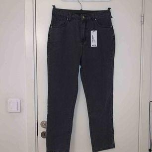 Säljer ett par mom jeans från Boohoo , köpta för 300kr du får dem för 100kr. De är lite defekta då ett av bältesstripen är sönder, inget som lite nål och tråd kan lösa!   OBS frakt tillkommer!