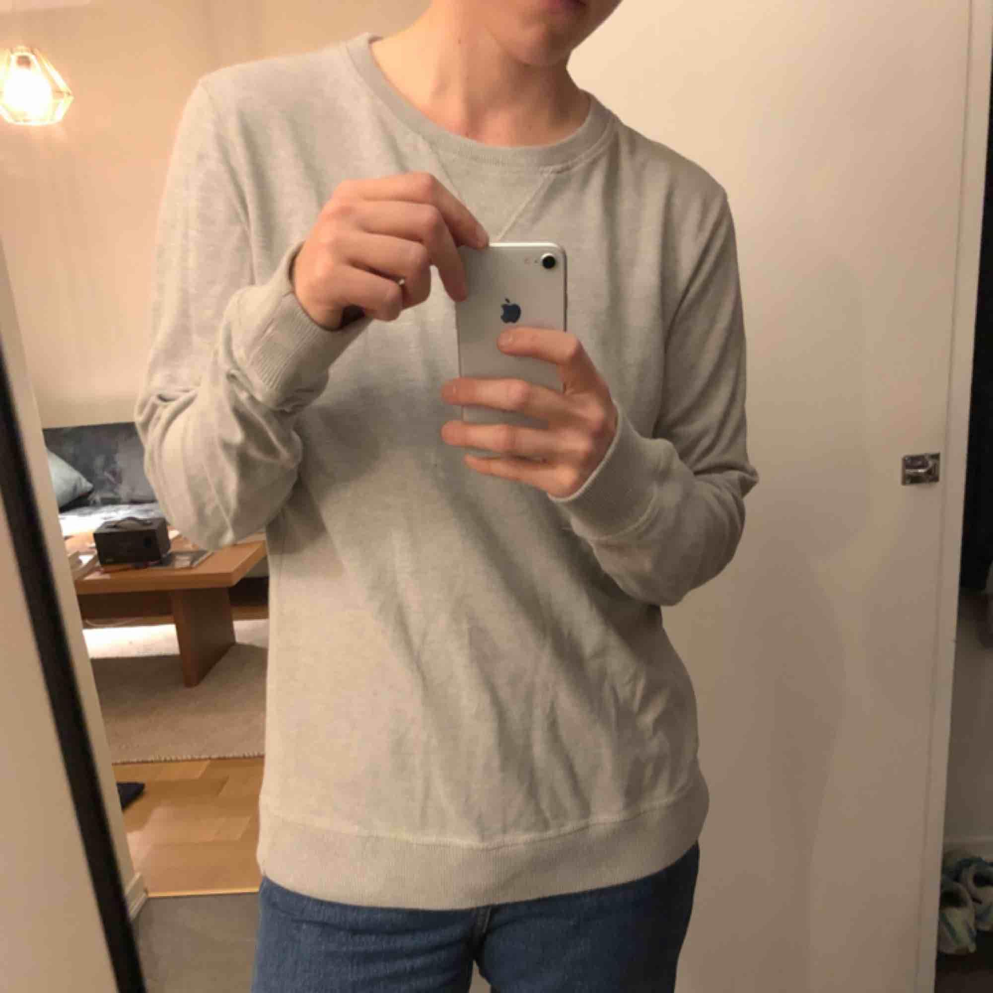 Beige sweatshirt från Nudie jeans company i fint skick. Nypris 1000 spänn!. Skjortor.