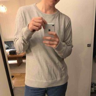 Beige sweatshirt från Nudie jeans company i fint skick. Nypris 1000 spänn!