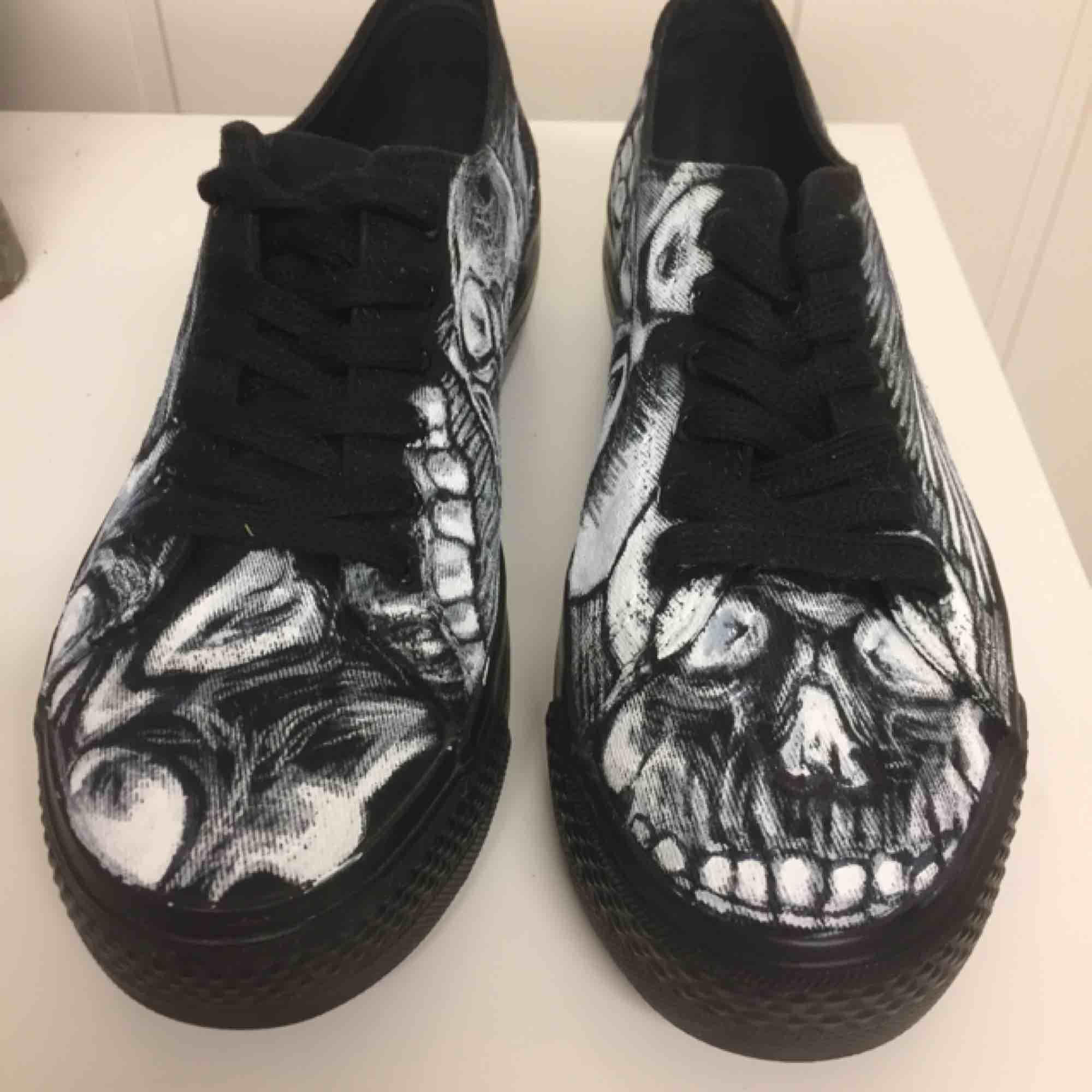 Har målats förhand med textilpennor, påminner ändå att vara försiktig så målningarna håller sig längre. Skorna är i fint skick. frakten kommer på 90kr extra.. Skor.