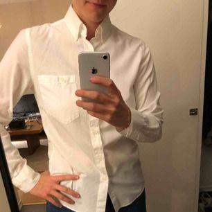 Benvit skjorta från Nudie Jeans Company. Använd 4-5 gånger - mkt fint skick! Inköpt 2014, tror den kostade 900 spänn