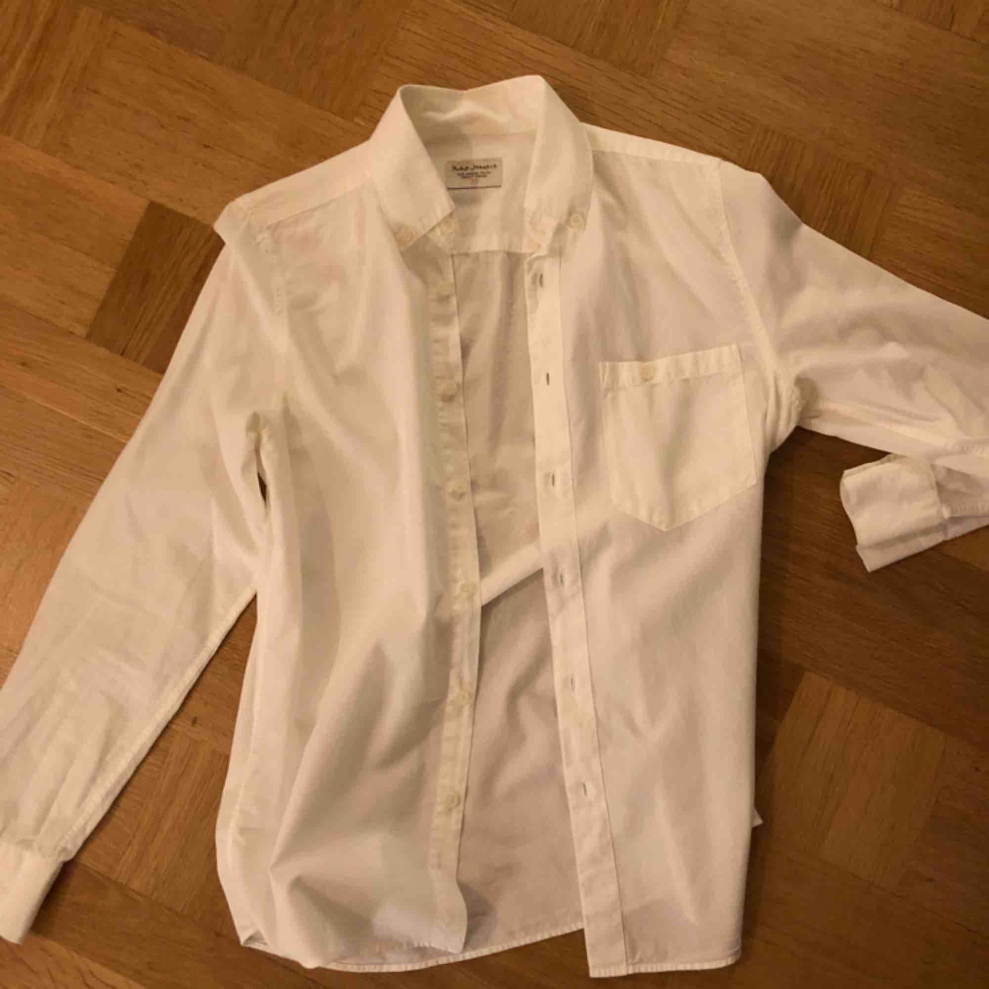 Benvit skjorta från Nudie Jeans Company. Använd 4-5 gånger - mkt fint skick! Inköpt 2014, tror den kostade 900 spänn. Skjortor.