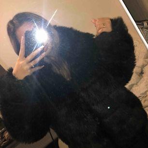 Pälsjacka från Nelly, använd en vinter. Är lite trasig inuti jackan vid armhålan. DM för fler bilder, pris kan diskuteras vid snabb affär. Ordn pris: 799kr