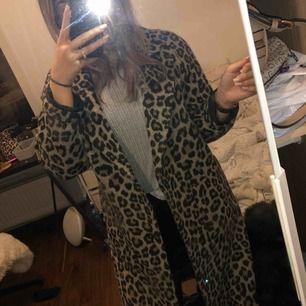 Leopardmönstrad kappa från Primark London, använd 4-5 gånger så den är i helt ny skick. Pris kan diskuteras vid snabb affär. Ordn pris: 600kr
