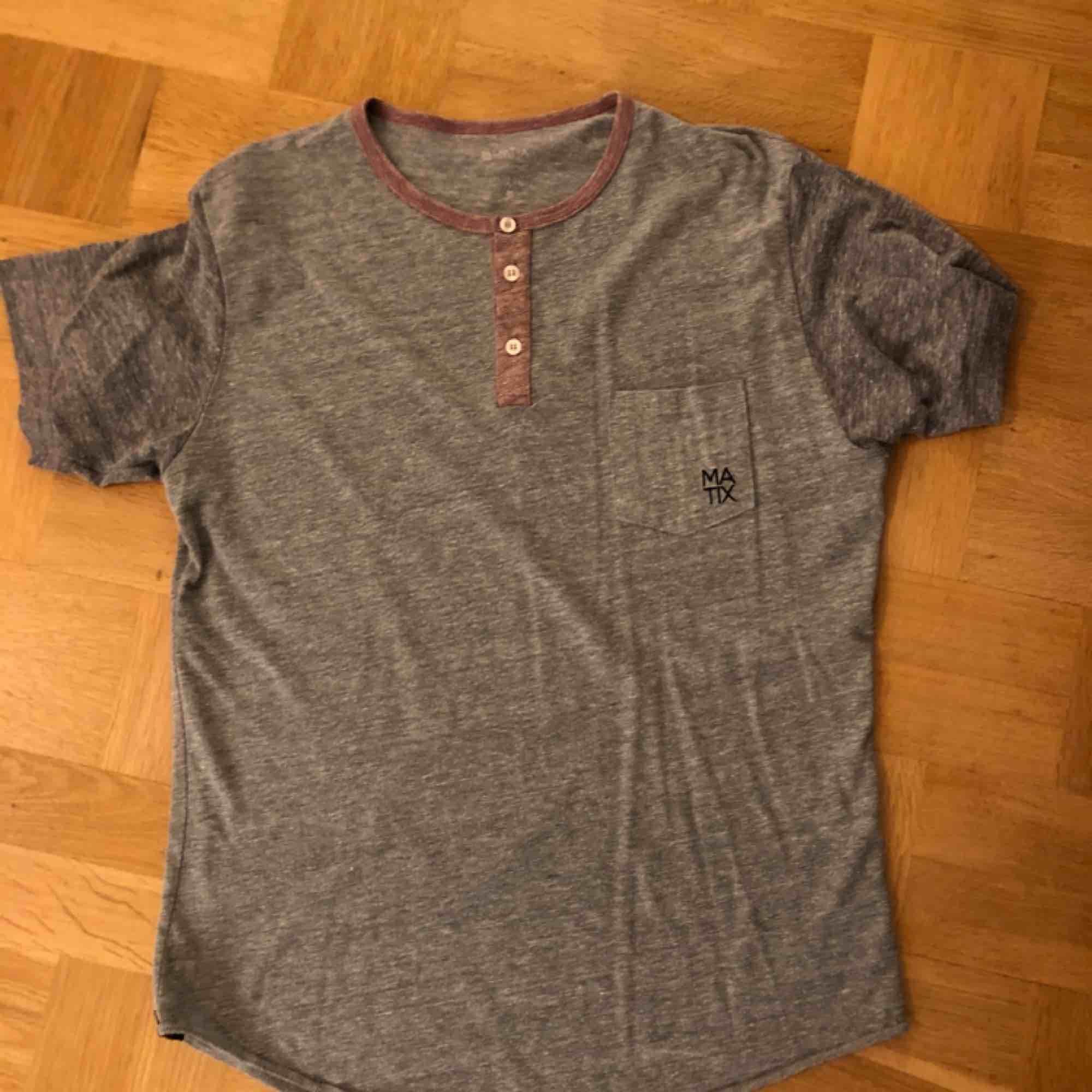 Grå t-shirt med lilagrå ärmar från Matix Clothing. Köpt 2012, minns ej priset!. T-shirts.