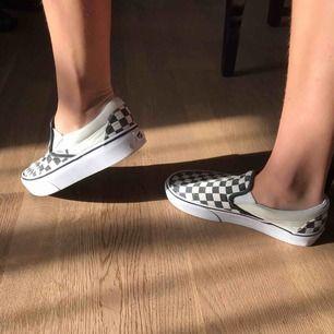 snygga rutiga vans skor 👞, köpte för ungefär 1 år sedan.🥰 Har fått mycket användning för dom