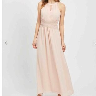 Superfin balklänning i ljusrosa/persikofärg med spetsdetaljer.  Endast använd 1 gång!