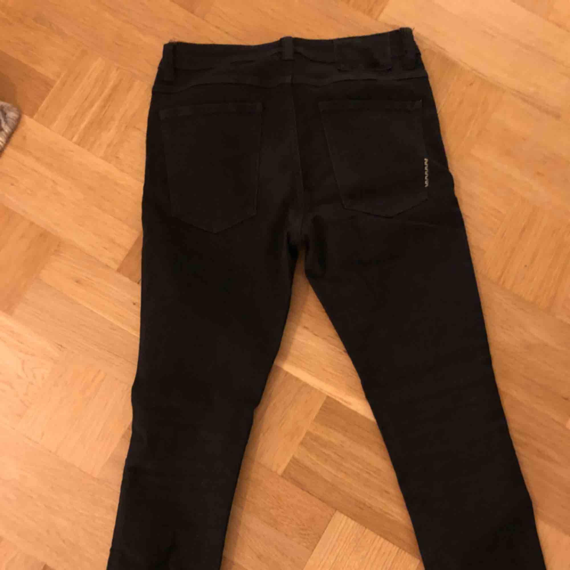 Svarta stuprör från NEUW. Använd ett fåtal gånger, passformen är slim-baggy typ. Jeans & Byxor.