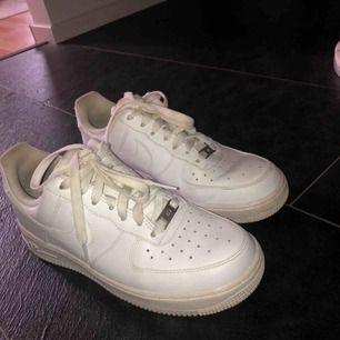 Supersnygga vita Nike airforce 1! Använda kanske 2-3 ggr utomhus och köptes för ca 1 år sedan.  Nypris: runt 800kr 💞💞💞