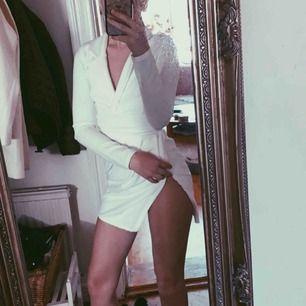 Aldrig använt denna klänningen Klänningen är av prettylittlething x Jennifer Lopez  Kosta ny 270kr  +frakt