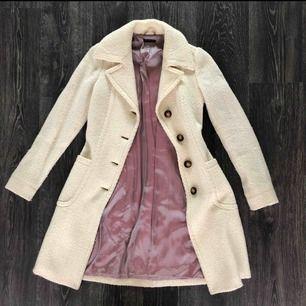 Sisley kappa köpt i Milano i Sisley butiken. figursydd modell som sitter superfint på. 69% ull så går superfint till vintern 👩🦳❄️nypris 1999:- använt 2,3 gånger med handen på hjärtat så den är som ny👌gör ett fint fynd. Köparen står för frakten