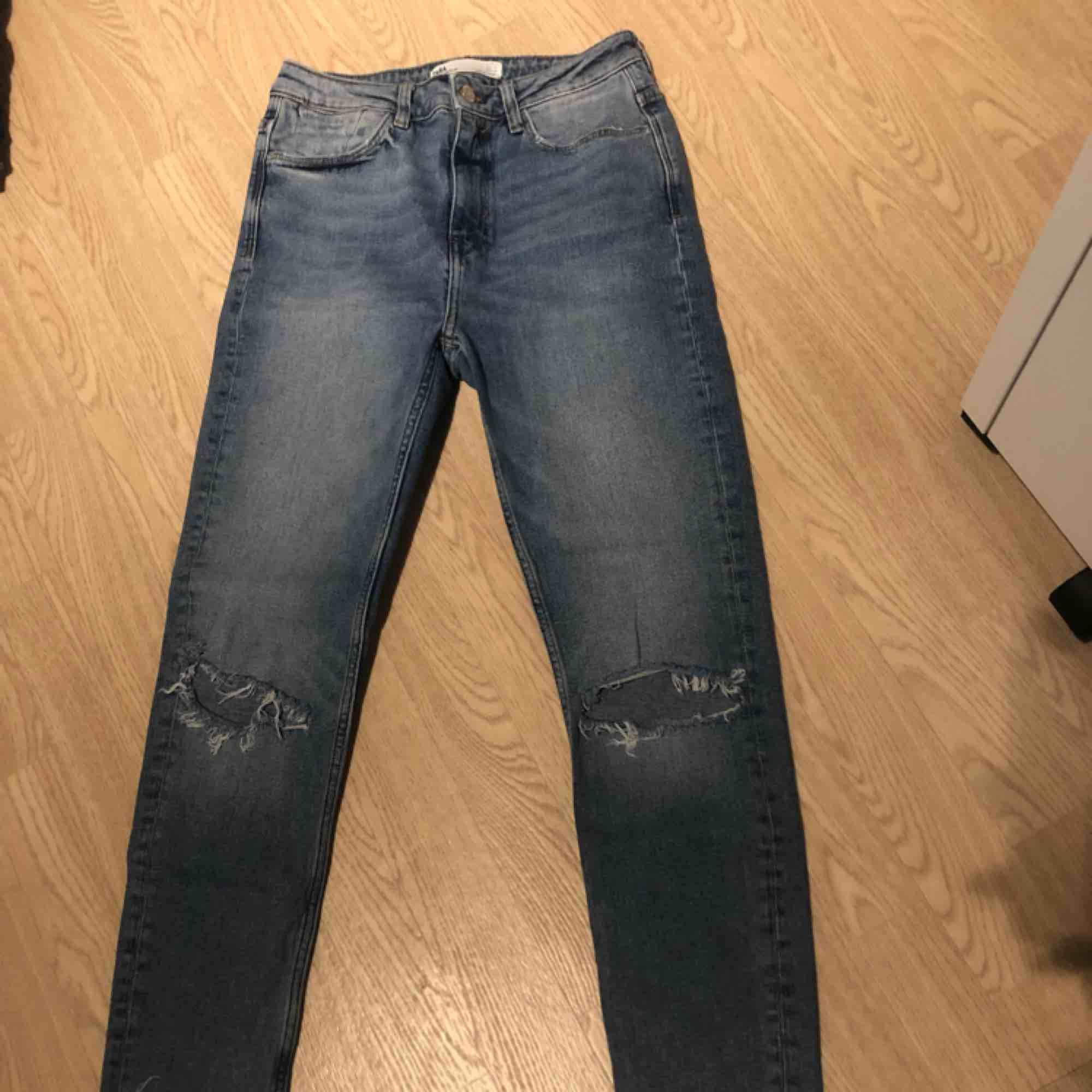 Knappt använda. Hål och avklippta nedtill. Frakten ingår i priset🌟. Jeans & Byxor.