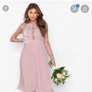 Säljer denna klänning FAST i färgen DARK GREEN. Säljer pga för stor för mig så aldrig använd o har prislappen kvar på klänningen. Pris går att diskutera men runt 200kr plus frakt alt 150kr plus frakt. Skulle säga att den passar en storlek 36.a också.